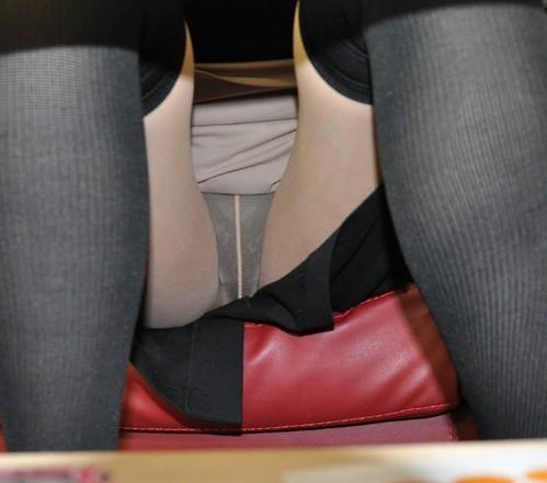 【素人盗撮画像】机の下を覗けばとんでもない大胆パンチラ