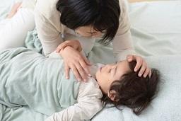 愛らしく添い寝している親と子