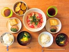 健康的な家族全員の食事と食卓風景