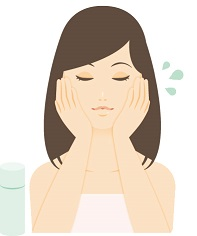 化粧水を肌に馴染ませている女性の画像