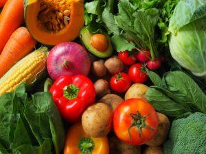 色とりどりの生野菜の画像