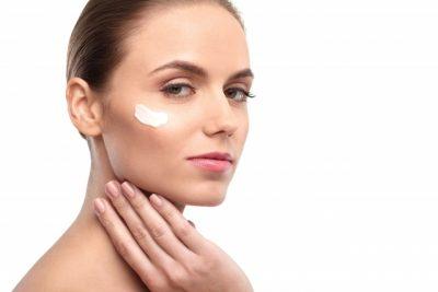 プロテオングリンカン配合のクリームを塗りたくる女性のイメージ