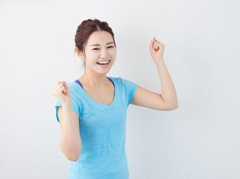 低カロリーダイエットで体重を減らすことができて喜んでいる女性