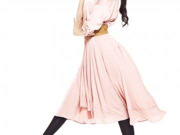 ララスリムを着用して歩いているモデルさんの画像