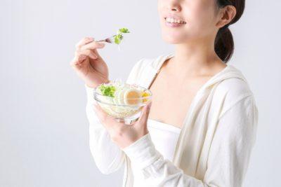 酵素を摂取する女性のイメージ