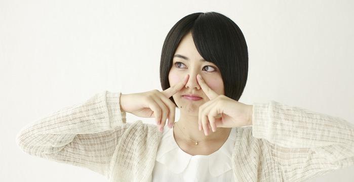 黒ニキビが鼻にできている女性の画像