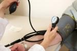 血圧を測っている画像