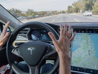 Tesla sa dokáže postaviť na vlastnú päsť v červenom svetle