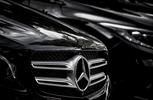 Mercedes bin çalışanla yolları