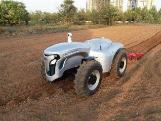 g ile kontrol edilen elektrikli surucusuz traktor gelistirdi