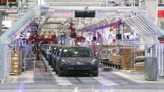 tesla cindeki fabrikasinda yeni ve daha ucuz bir modele hazirlaniyo