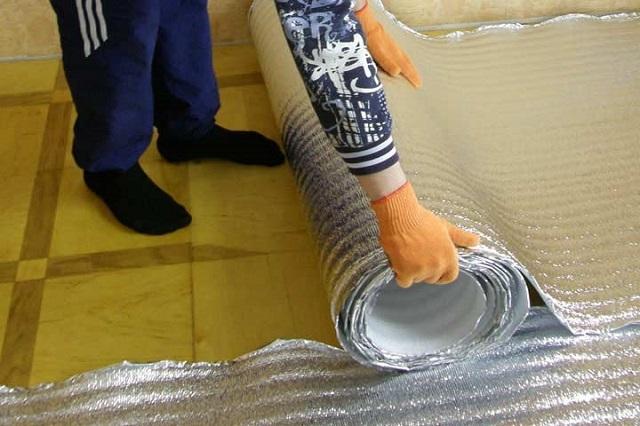 """Bodenisolation geschäumt Polyethylen unter dem System """"Warm Floor""""."""