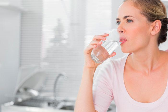 Pige, der drikker vand