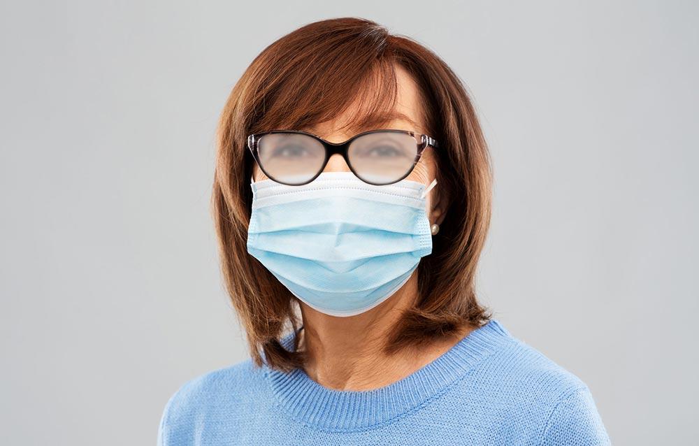 Occhiali e mascherina: con Essilor Optifog® puoi evitare l'appannamento delle lenti.