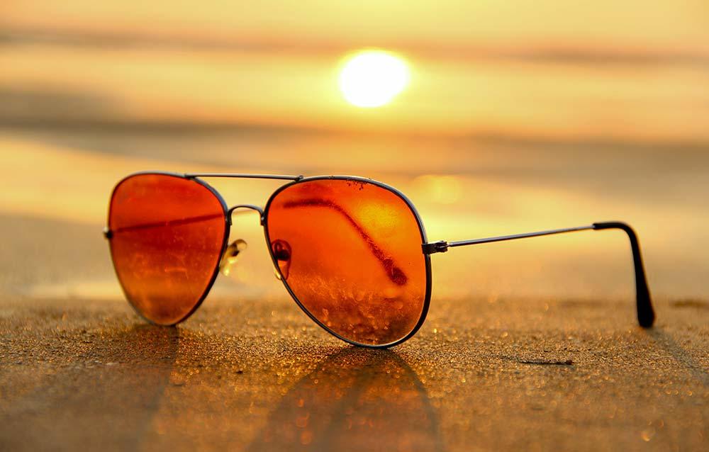 Occhiali da sole in vacanza. Come evitare imprevisti in spiaggia?