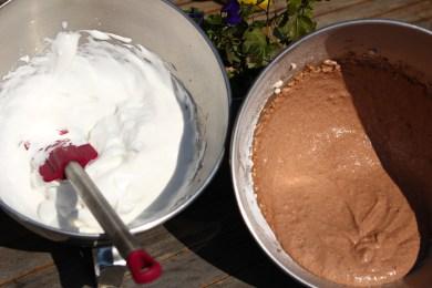 Eischnee aus Kicherersenwasser und Seientofucreme ergibt zusammen veganes Schokomousse