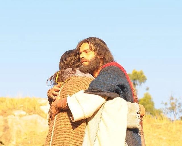 """Cena em que Arão e Moisés se reencontram em""""Os Dez Mandamentos""""  estava prevista para esta quarta (29), mas foi ao ar nesta quinta-feira (30) (Foto: Divulgação)"""