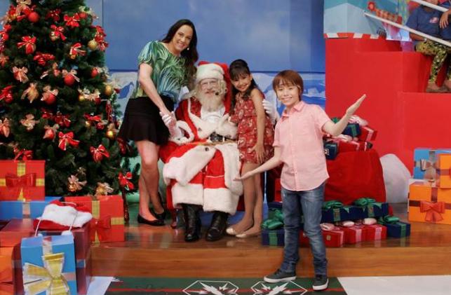 Silvia Abravanel, Ana Júlia e Matheus Ueta com o Papai Noel no Feriadão do SBT – Cauana Fernandes/SBT