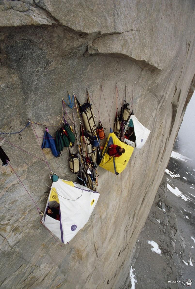палаточный лагерь на отвесной скале