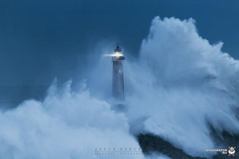 маяк в волнах