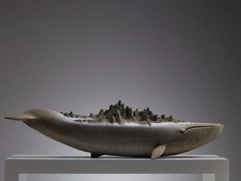 скульптура кита с миром на спине