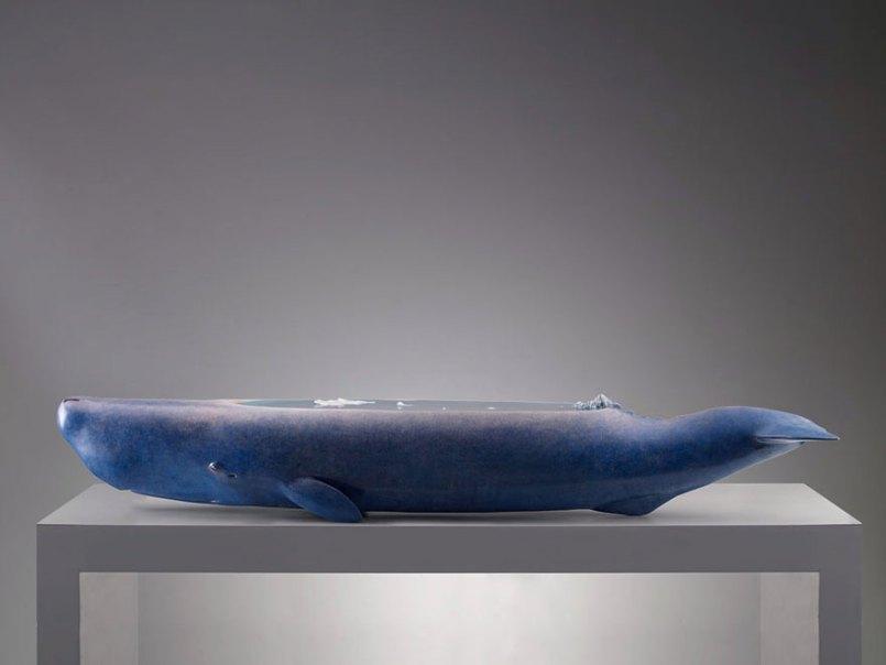 скульптура кита с океаном на спине