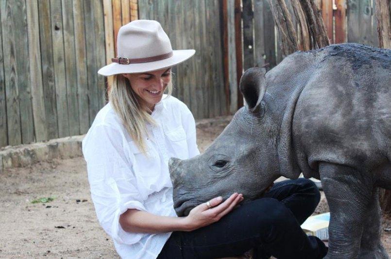 Маленький носорог Герти боится спать один