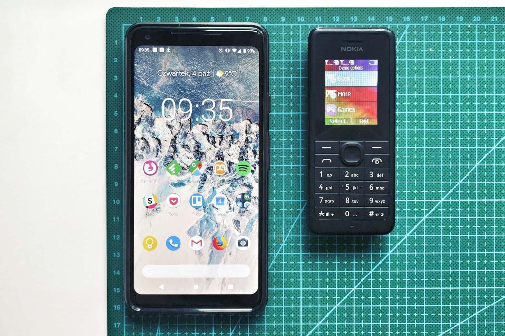 Smartphone Google Pixel 2 obok starego modelu Nokii z klawiaturą numeryczną.