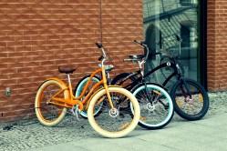 Rowery, którym cross służy, sklep nieopodal nadbrzeża