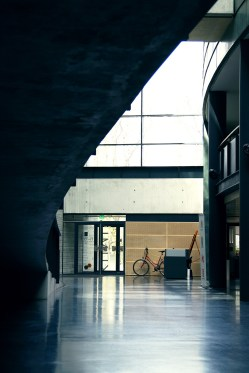 Wnętrze hollu Kumu Art Muzeum