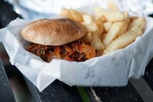 ジャンクフード(ハンバーガーとポテト)