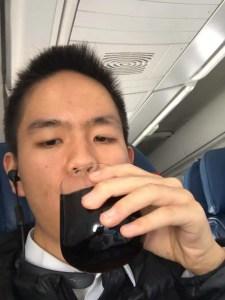 ファーストクラスのグラスを飲む
