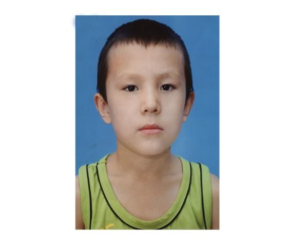 10-летний Багдат Жумат: рост примерно 140-145, худощавого телосложения. Был одет в серую футболку, шорты цвета хаки и белую обувь