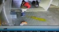 Il baisse son pantalon et fait caca dans un garage
