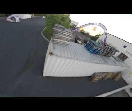 Course de drones dans un hangar
