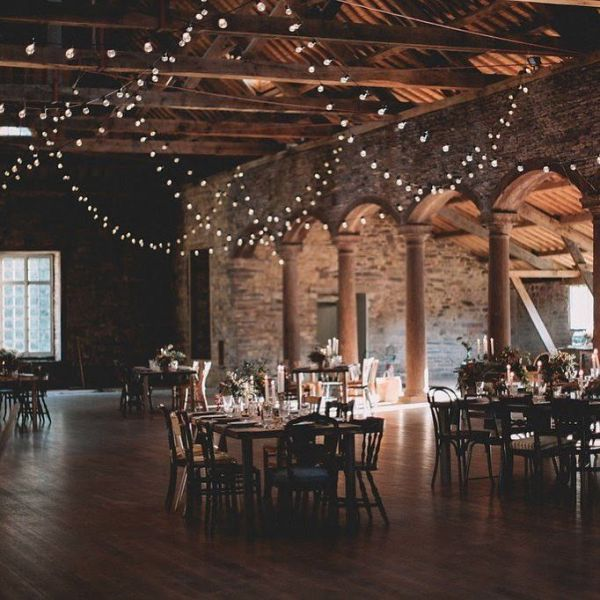 Guirlande lumineuse dans une salle