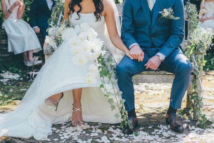 Des mariés pendant leur cérémonie laïque de mariage.