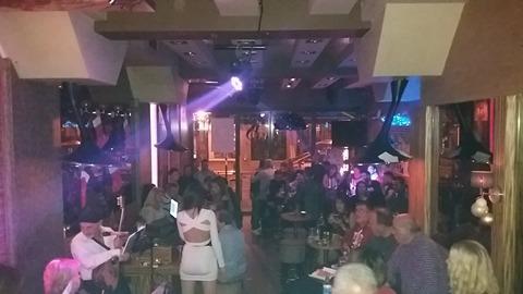 Με την αυθεντική λαϊκή φωνή της Καίτης Μαζόχα, διασκέδασαν το βράδυ της, Παρασκευής 15 Δεκεμβρίου, στο Versus bar στην Πτολεμαϊδα