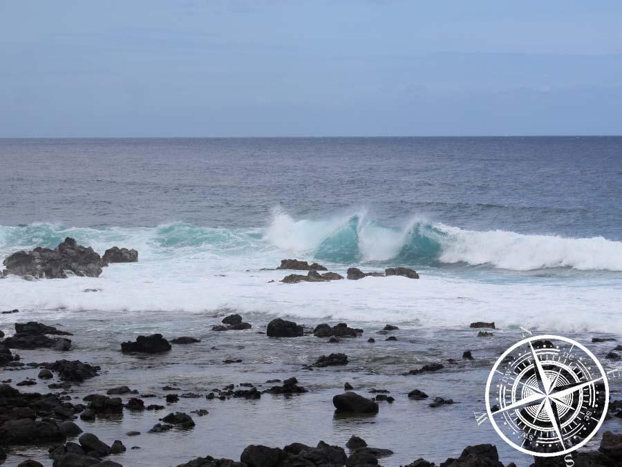 Die Wellen brechen ununterbrochen an der Küste