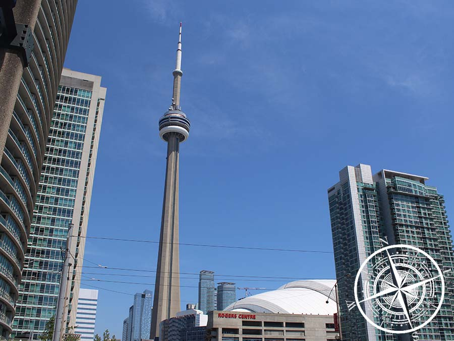 "Der ""CN Tower"" hinter dem ""Rogers Center"""