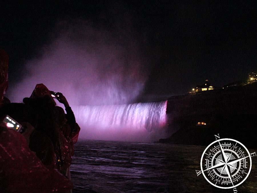 DIe Niagarafälle bei Nacht waren sehr beeindruckend beleuchtet