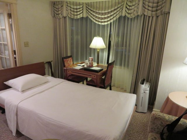 Sitting room w/ fold out bed - junior suite