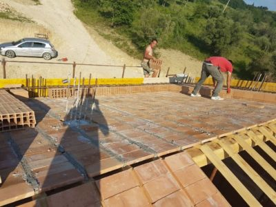 Filling Gaps in Pianelle on the roof of a new house being built in Le Marche