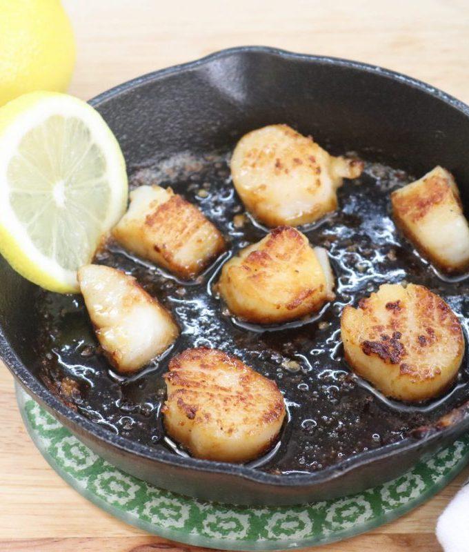 Little appetizer skillet of scallops with lemon