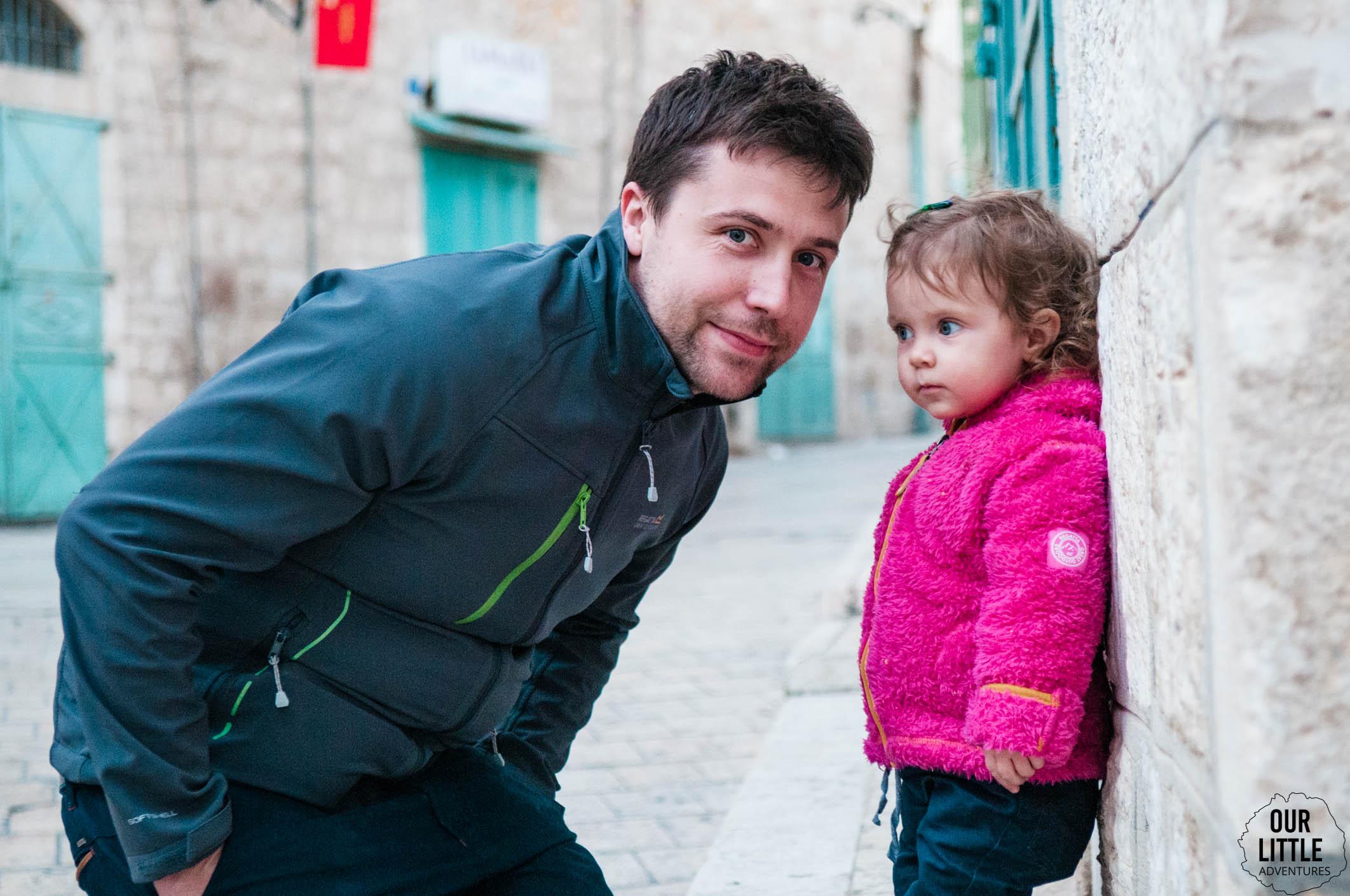 Mario i Mania pozują na ulicy w Betlejem