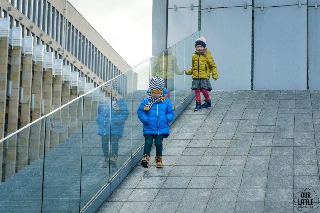 Centrum Spotkania Kultur Lublin dzieci biegające po spadku