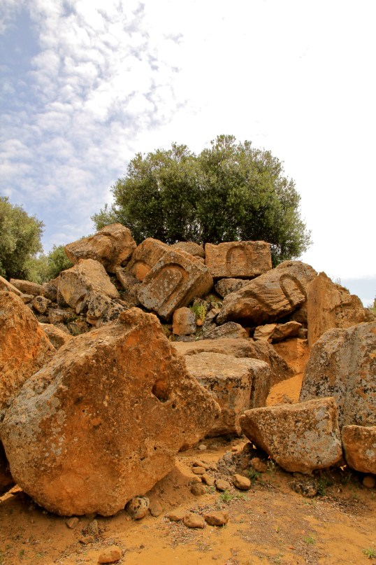 Vestiges du temple de l'Olympiéion; canaux de bardage en U