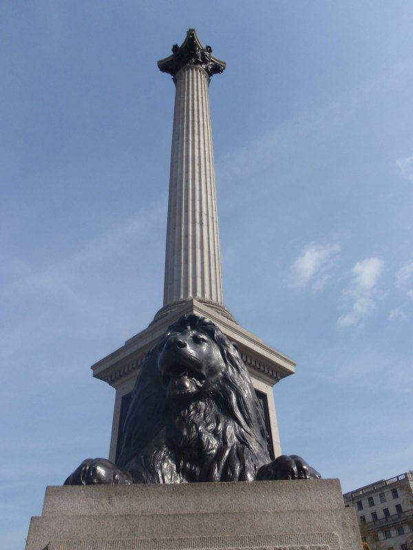 La colonne de Nelson, 44m de hauteur.