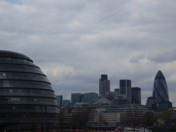 (à gauche) L'immeuble de la Communauté Urbaine de Londres.
