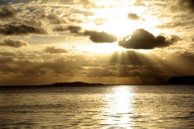 Premier couché de soleil sur la Baie de Kuto